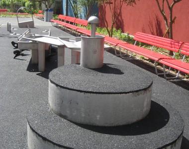 Place de jeux, sol souple et acier